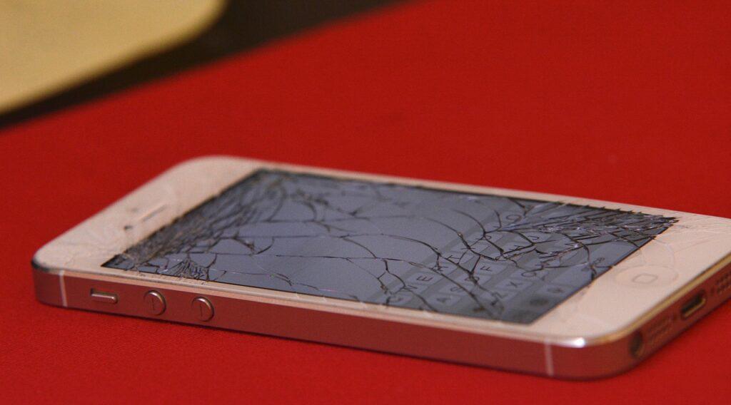 tönkretett okosdtelefon